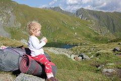 在Fagaras山顶部的孩子 库存照片