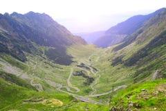 Fagaras berg och Transfagarasan slingrig väg, Carpathians, Arkivbild