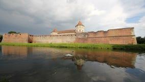 Fagaras forteca odzwierciedlający w otaczanie wodzie zbiory wideo