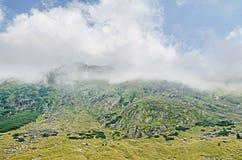 Fagaras góry, Carpathians z zieloną trawą i skałami, Osiągają szczyt Fotografia Stock