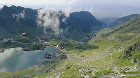 Fagarasbergen in de zomertijd bij daglicht stock footage