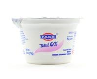 Fage all isolerad naturlig nonfat grekisk yoghurt - Arkivfoto