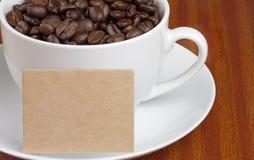 Fagioli bianchi della tazza di caffè con la scheda Immagini Stock