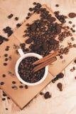 Fagioli bianchi della tazza di caffè sul vecchio libro Immagini Stock