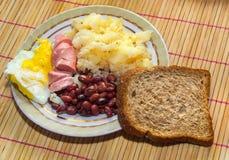 Fagioli della prima colazione, salsiccia, patate, pane ed uova rimescolate Fotografia Stock Libera da Diritti