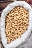 Fagioli della soia in sacco su un mercato locale dell'agricoltore Alimento locale sano Immagini Stock Libere da Diritti