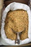 Fagioli della soia in una borsa su un mercato locale dell'agricoltore Alimento locale sano Immagine Stock