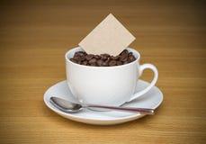 Fagioli della tazza di caffè con la scheda per testo Immagine Stock