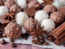 Fagioli di Anise Cinnamon Coffee della stella della noce di cocco del cioccolato sulla Tabella di legno del fondo Fotografia Stock