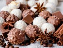 Fagioli di Anise Cinnamon Coffee della stella della noce di cocco del cioccolato sulla Tabella di legno del fondo Immagine Stock