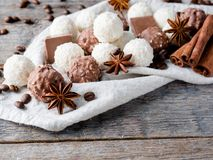 Fagioli di Anise Cinnamon Coffee della stella della noce di cocco del cioccolato sulla Tabella di legno del fondo Immagine Stock Libera da Diritti