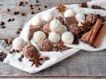 Fagioli di Anise Cinnamon Coffee della stella della noce di cocco del cioccolato sulla Tabella di legno del fondo Fotografie Stock