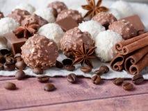 Fagioli di Anise Cinnamon Coffee della stella della noce di cocco del cioccolato sulla Tabella di legno del fondo Fotografia Stock Libera da Diritti