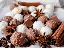 Fagioli di Anise Cinnamon Coffee della stella della noce di cocco del cioccolato sulla Tabella di legno del fondo Immagini Stock Libere da Diritti