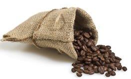 Fagioli di Cofee in una borsa isolata Fotografia Stock