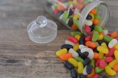 Fagioli di gelatina che cadono da un barattolo Immagini Stock Libere da Diritti