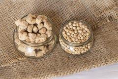 Fagioli e fiocchi della soia su tela da imballaggio immagine stock libera da diritti