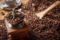 Fagioli e tazza di caffè del macinacaffè Fotografia Stock Libera da Diritti