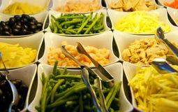 Fagioli e verdure su una barra di insalata Fotografie Stock Libere da Diritti