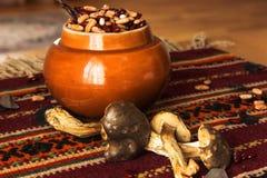 Fagioli rossi e bianchi crudi su una tavola in un vaso con i funghi bianchi Immagine Stock