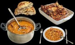 Fagioli in salsa serviti con la carne arrostita dell'agnello ed il Flatbread fatto lievitare isolati su fondo nero Immagini Stock