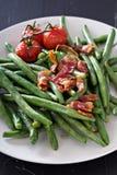 Fagioli verdi con pancetta affumicata Immagini Stock Libere da Diritti