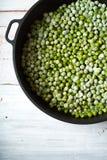 Fagioli verdi dei fagiolini in una casseruola sui bordi bianchi Fotografia Stock Libera da Diritti