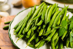 Fagioli verdi verdi freschi sul piatto pronto da cucinare Fotografia Stock