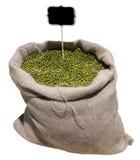 Fagioli verdi nell'isolato della borsa su fondo bianco Fotografia Stock