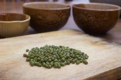 Fagioli verdi sul tagliere di legno Immagini Stock