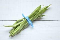Fagiolini freschi legati con un nastro blu Fotografia Stock Libera da Diritti