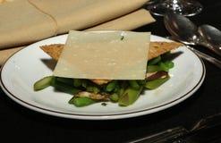 Fagiolino dell'aperitivo ed insalata dei funghi coperta dal cracker del grano e dalla fetta di parmigiano Immagine Stock