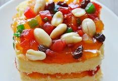 Fagiolo della guarnizione del dolce del burro ed insalata arancio della frutta secca sul piatto immagini stock