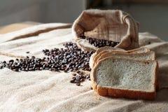 Fagiolo e pane affettato nel santuario del sole Fotografia Stock