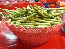 Fagiolo lungo per la miscela con vermicelli tailandesi, alimento della via, festival di Buddha, Samutprakarn, Tailandia immagine stock