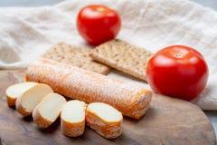 Fagotin-Käse mit der orangefarbenen Rinde gemacht von der Kuhmilch in den Höhlen von Maredsous-Abtei, Belgien stockfoto