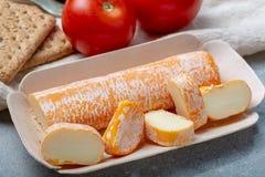 Fagotin-Käse mit der orangefarbenen Rinde gemacht von der Kuhmilch in den Höhlen von Maredsous-Abtei, Belgien stockfotos