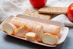 Fagotin-Käse mit der orangefarbenen Rinde gemacht von der Kuhmilch in den Höhlen von Maredsous-Abtei, Belgien stockbild