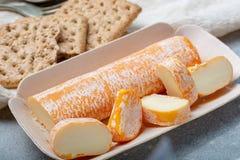 Fagotin-Käse mit der orangefarbenen Rinde gemacht von der Kuhmilch in den Höhlen von Maredsous-Abtei, Belgien lizenzfreie stockfotografie