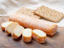 Fagotin-Käse mit der orangefarbenen Rinde gemacht von der Kuhmilch in den Höhlen von Maredsous-Abtei, Belgien lizenzfreie stockfotos