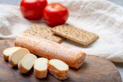 Fagotin-Käse mit der orangefarbenen Rinde gemacht von der Kuhmilch in den Höhlen von Maredsous-Abtei, Belgien lizenzfreie stockbilder