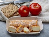 Fagotin-K?se mit der orangefarbenen Rinde gemacht von der Kuhmilch in den H?hlen von Maredsous-Abtei, Belgien stockbild