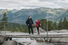 Faher e hija como caminantes Imagen de archivo