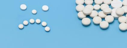fahne Auf dem Recht viele runden weißen Tabletten auf einem blauen Hintergrund, auf der linken Seite der Tabletten gezeichnet mit stockbilder