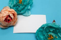 Fahne der Blumen-Background Blumen, Notizbuch auf einem hellblauen Hintergrund stockfoto
