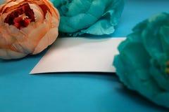 Fahne der Blumen-Background Blumen, Notizbuch auf einem hellblauen Hintergrund lizenzfreie stockfotografie