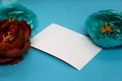 Fahne der Blumen-Background Blumen, Notizbuch auf einem hellblauen Hintergrund lizenzfreies stockbild
