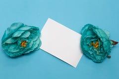 Fahne der Blumen-Background Blumen, Notizbuch auf einem hellblauen Hintergrund lizenzfreie stockbilder
