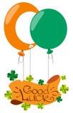 Fahne mit dem vierblättrigen Kleeblatt, Ballone Glückwünsche zum des St Patrick Tag Lizenzfreie Stockfotos
