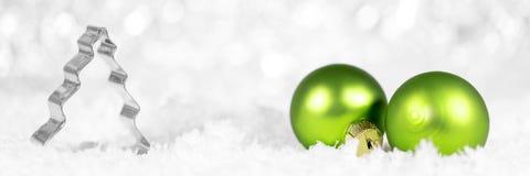 Fahne mit Weihnachtsbaumpfleger und grünem Flitter mit snowfla Stockfotos